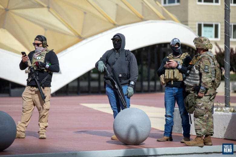 Tres hombres no uniformados con armas de fuego en las calles de Reno, Nevada
