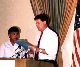 César Chávez next to Pete Sferrazza at podium