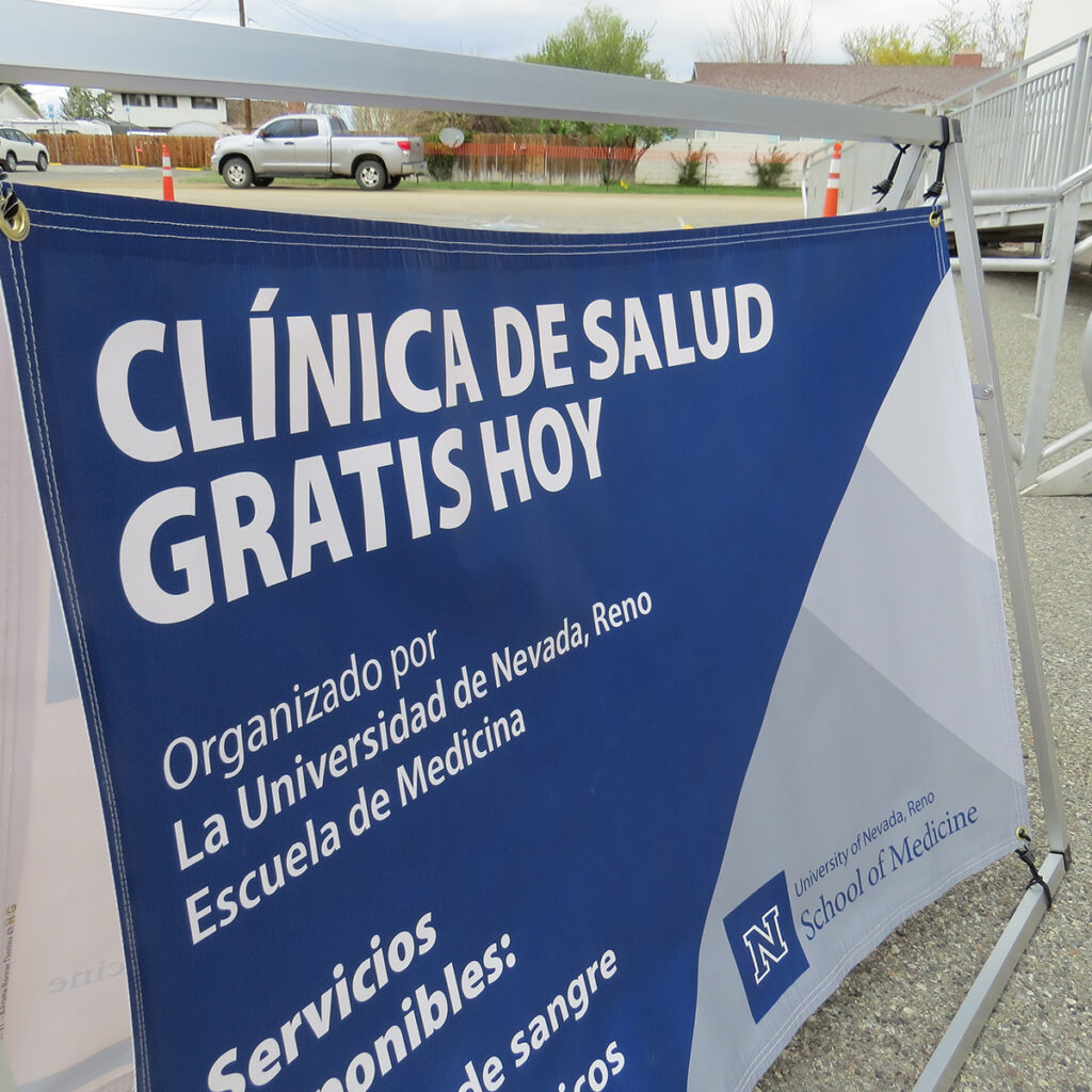 """A sign which reads """"Clinica de salud gratis hoy"""" (or """"free health clinic today"""" in English)."""